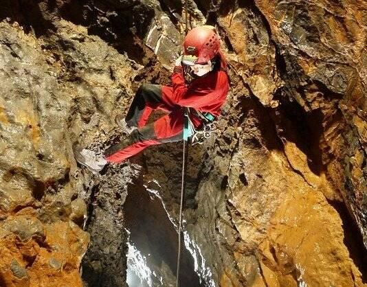 Un membro del Gruppo speleologico lunense in grotta