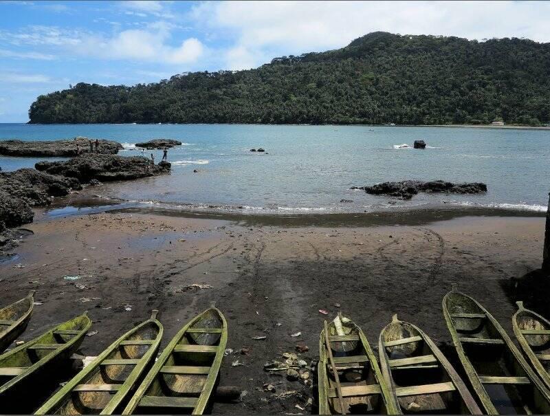 Sao Tomè, Sao Joao das Angolares: la spiaggia dei pescatori  (foto Giorgio Pagano)