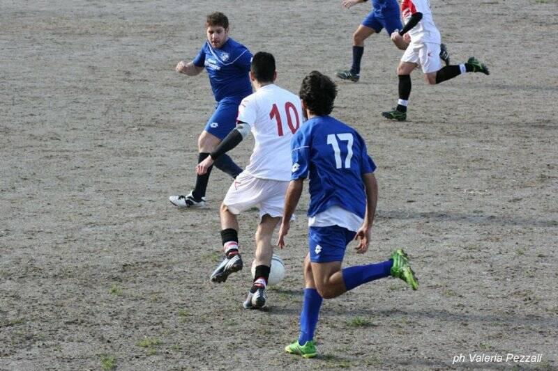 Nella foto di Valeria Pezzali le immagini del sentito derby tra Carpena e Viano vinto per 4 - 2 dai primi.