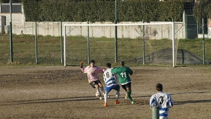 Pedro Condumi, bomber colombiano della Garibaldina Arcola, sigla tre gol al Casano.