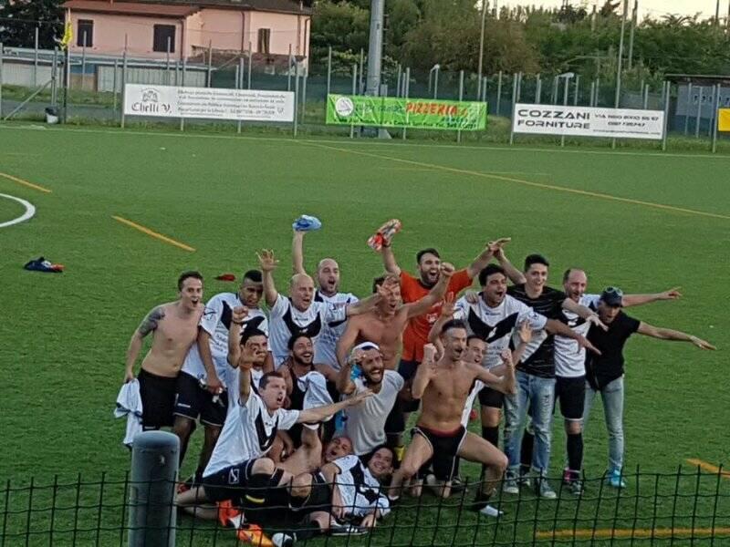 I festeggiamenti dell'Atletico Giuba Moda al termine della finale per il Titolo Provinciale della Uisp della Spezia.