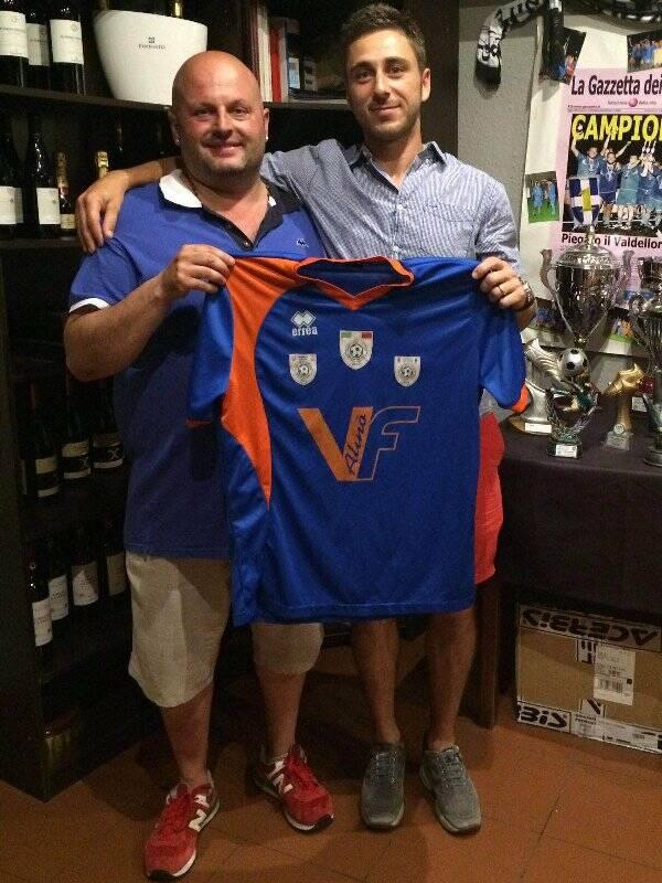 Fabio Faconti posa con la maglia del V.F. Alinò insieme al D.s. Piero Reali.