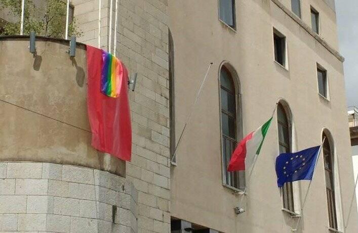 La bandiera arcobaleno sulla facciata del Comune