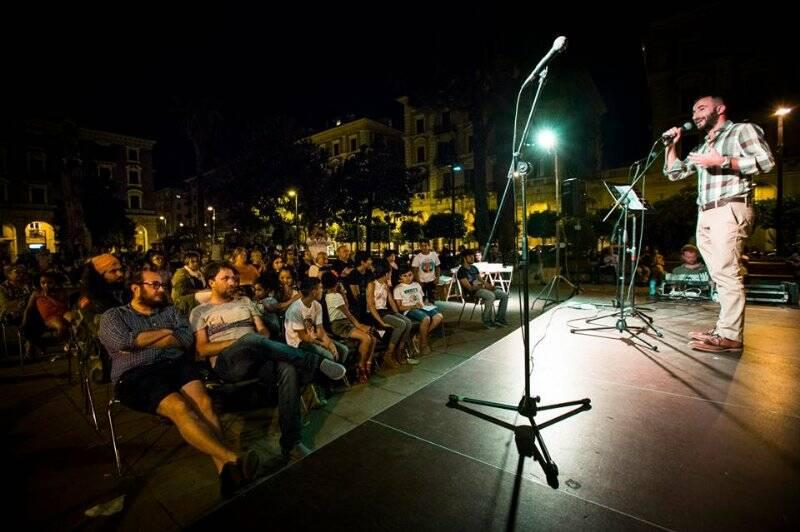 Filippo Lubrano sul palco di Senti che muscoli Sp! in Piazza Brin