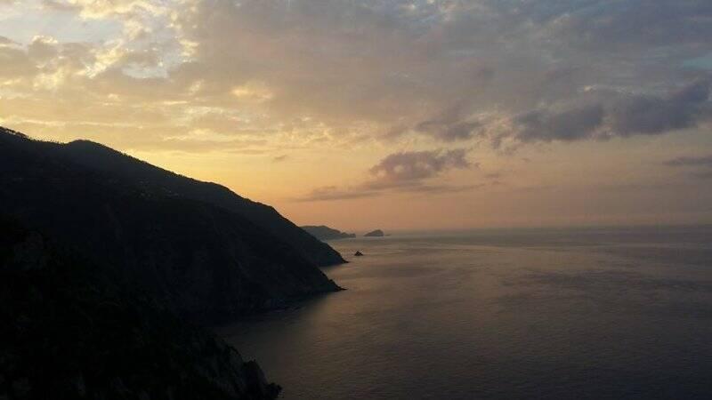 Il sole sorge sulle Cinque Terre