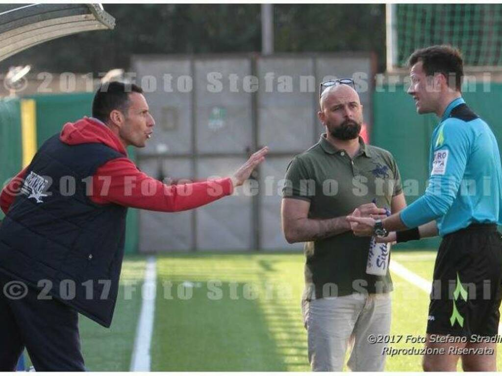 Daniele Ravenna, in panchina nella finale di Coppa Italia di Promozione, discute con l'arbitro.