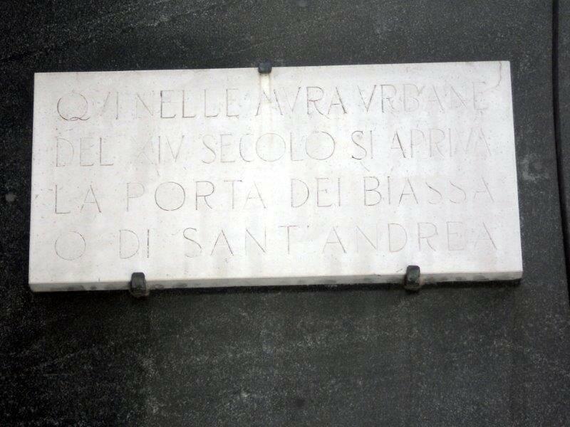 La targa che ricorda il punto in cui sorgeva Porta Sant'Andrea