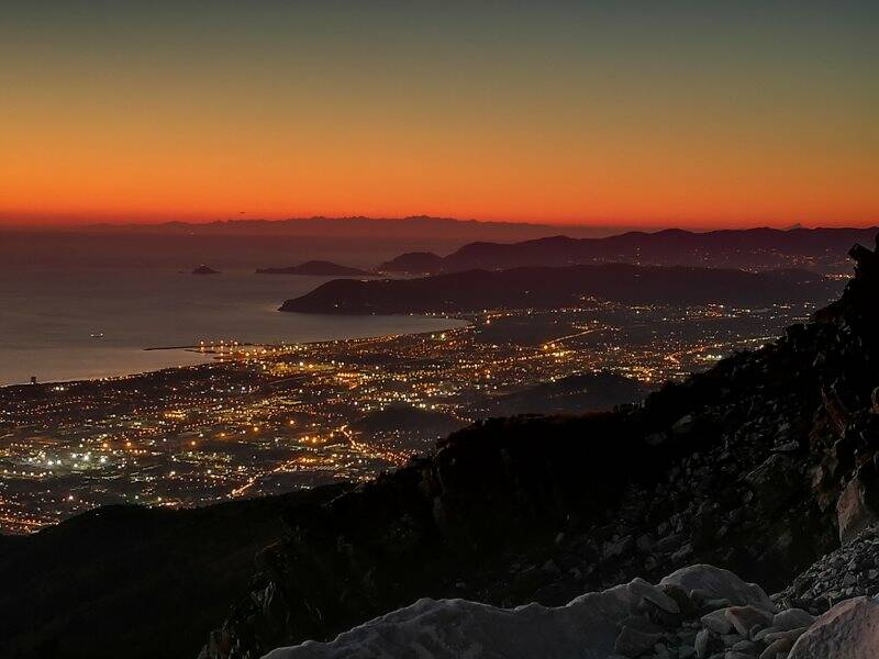 Carrara e il Golfo della Spezia al tramonto