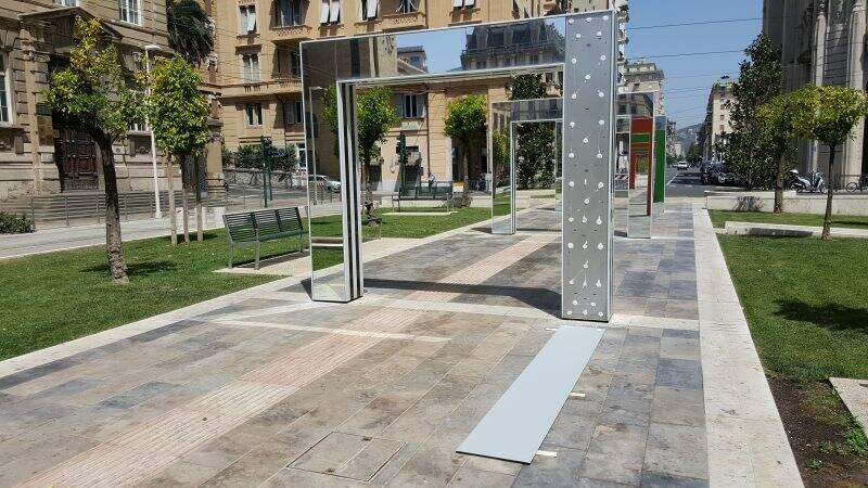 Lo specchio che si è staccato da uno dei portali di Piazza Verdi