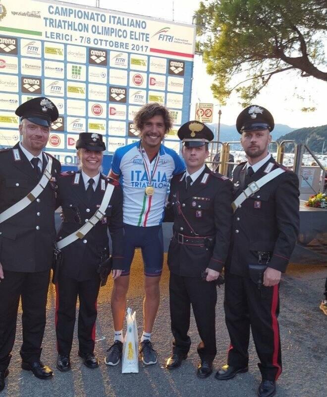 Alessandro Fabian con i colleghi dell'Arma locale