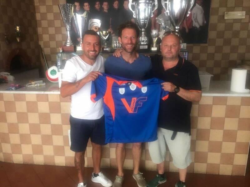Il patron del V.F. Alinò Beppe Di Cristo con il D.s. Piero Reali durante la presentazione estiva del bomber Cesare Arzelà che ha chiuso da capocannoniere il torneo di I Serie.