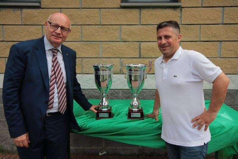 Il Vice Presidente Esecutivo della Fezzanese Ivan Stradini e il Presidente della LND comitato ligure Giulio Ivaldi con le due coppe vinte dalla Fezzanese per il campionato di Eccellenza e il Titolo Regionale ligure Juniores.