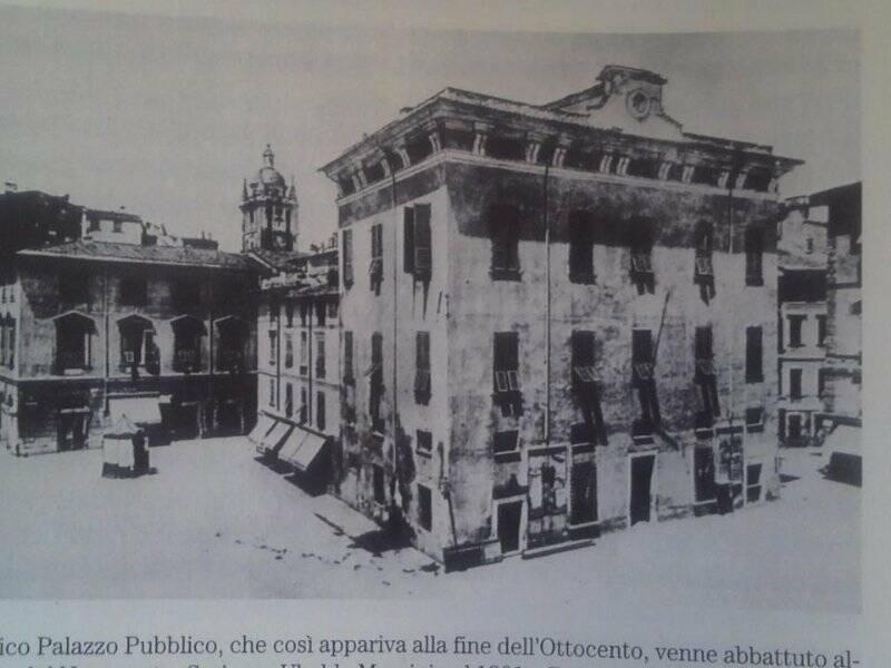 L'antico Palazzo Pubblico con Palazzo Biassa sullo sfondo