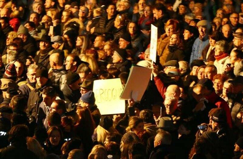 Contestatori all'inaugurazione di Piazza Verdi