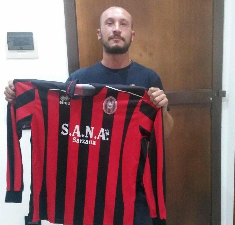 Damiano Antognetti, difensore centrale classe '86, posa con la maglia rossonera del Sarzana 1906.