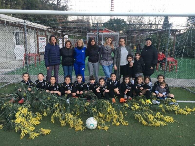 """Le giovani atlete dello Spezia Calcio Femminile Under 10 e Under 12 festeggiate al """"Trincerone"""" per l'8 Marzo con tanta mimosa."""