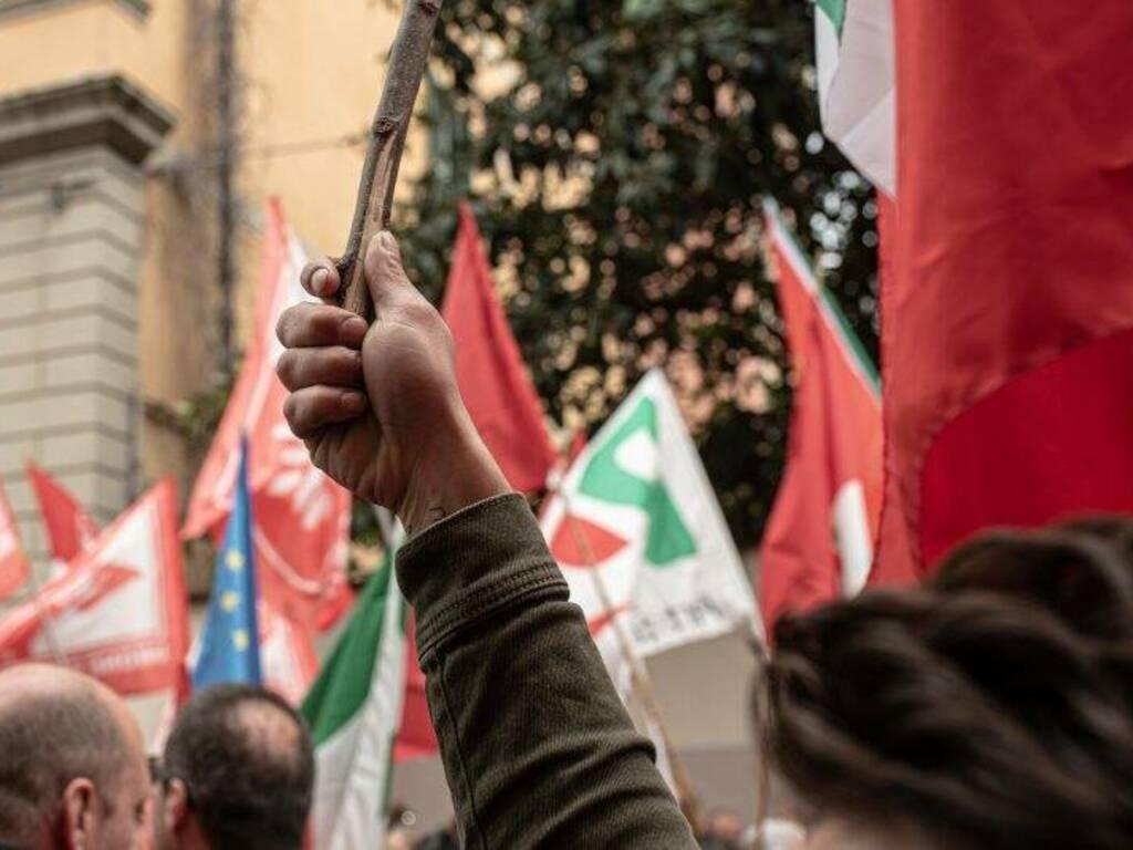 """La protesta contro la presentazione del libro di Altaforte alla mediateca """"Sergio Fregoso"""""""