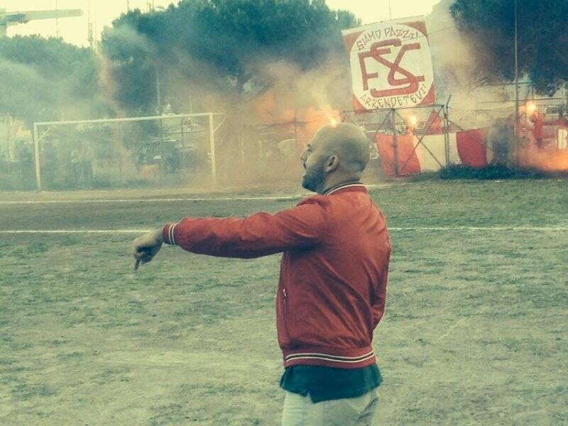 """Mister Consoli durante la semifinale Play - Off con la Bolanese, alle sue spalle la splendida coreografia dei """"Boys Ria"""""""