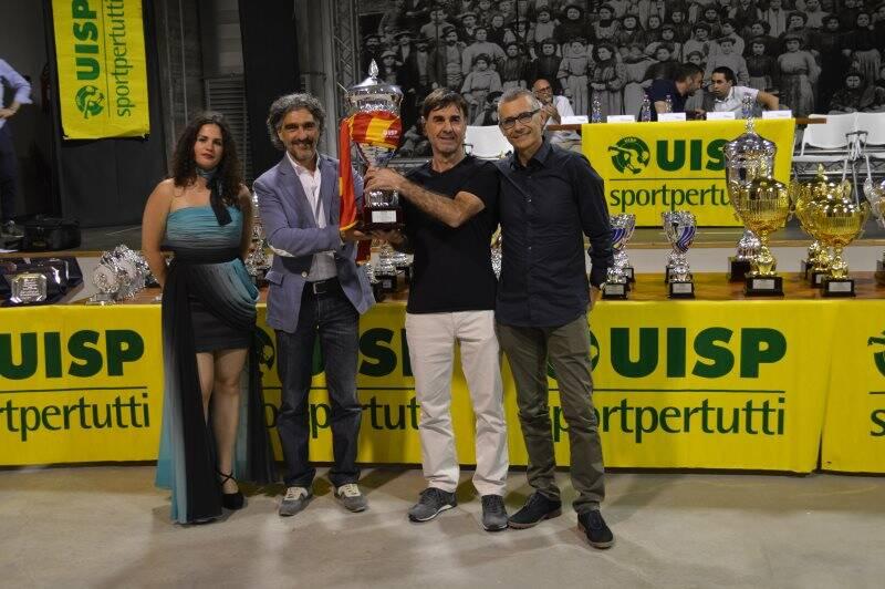 Foto di gruppo per lo staff della Uisp della Spezia e Val di Magra in compagnia di Erika che ha condotto la serata delle premiazioni all'ex Ceramica Vaccari.