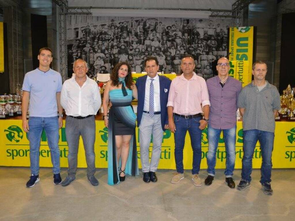 Lo Staff della sezione calcio della Uisp della Spezia e Val di Magra con la madrina della serata Erika.