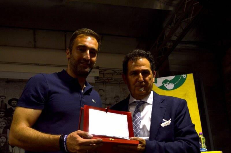 Mauro Bravo con Lorenzo Brogi durante le premiazioni della Uisp della Spezia e Val di Magra all'ex Ceramica Vaccari a Santo Stefano Magra.