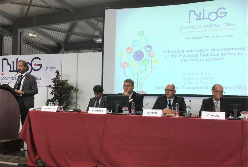 Daniele Testi al centro del tavolo dei relatori del secondo panel di Bilog