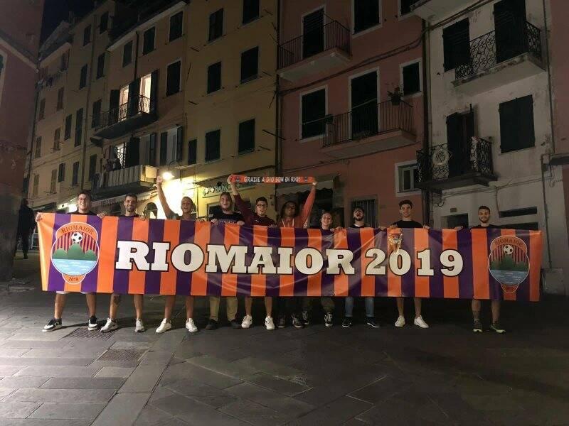 Nella foto alcuni ragazzi posano con lo striscione della rinata società del Rio Maior