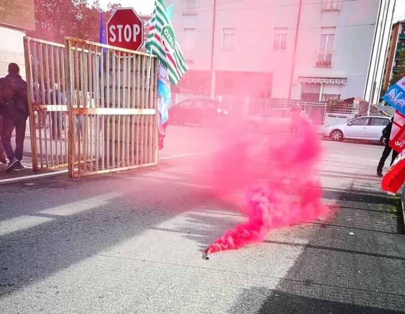 Un fumogeno di fronte ai cancelli del deposito Atc di Mazzetta