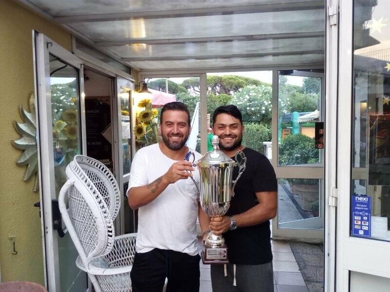 Giuseppe e Ciro Di Cristo della Locanda Alinò con il trofeo messo in palio all'omonimo torneo.