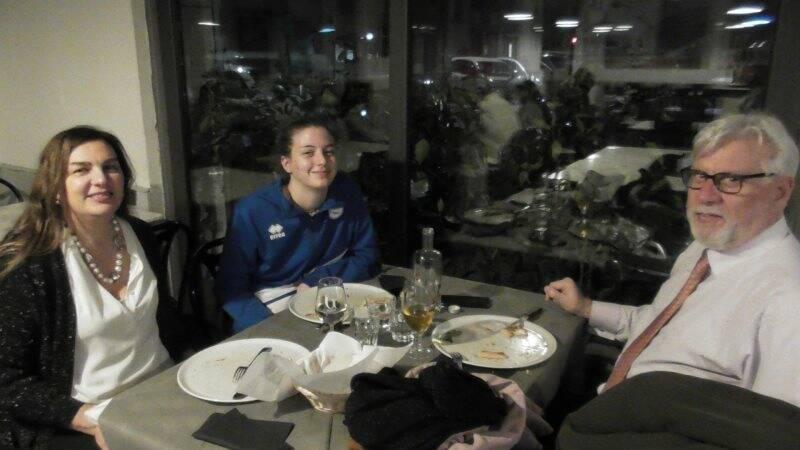 Aurora Santoni in pizzeria, dopo la partita, a festeggiare l'esordio in campionato coi genitori