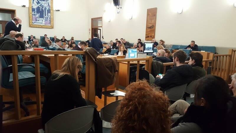 Una seduta del consiglio comunale della Spezia