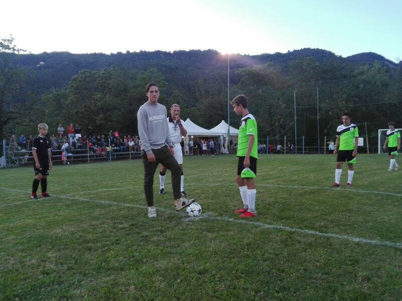 Nella foto Zaniolo che da il calcio d'inizio del torneo di Veppo