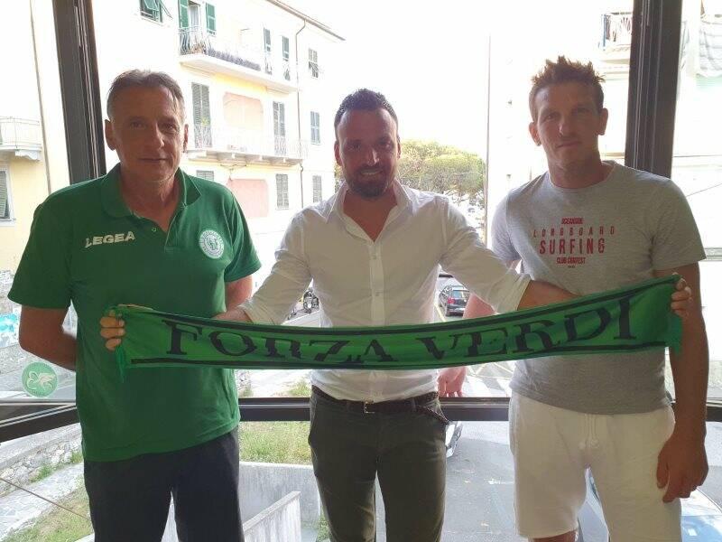 Gianluca Fasano posa nella sede della Fezzanese con il D.g. Celentano e il D.s. Lorieri.