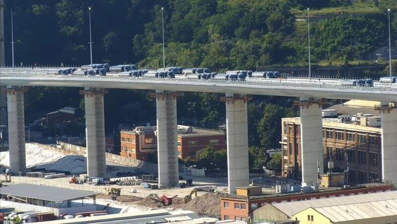 Mezzi sul nuovo ponte Morandi