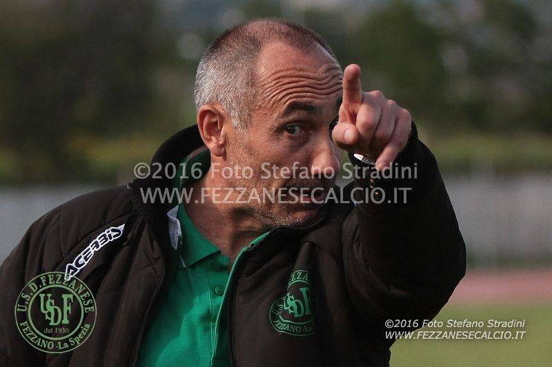 Una bella immagini di mister Giuseppe Zuccarelli sulla panchina della Fezzanese durante il Play - Out vinto in casa del Vado.