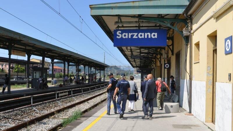 Polizia alla stazione di sarzana