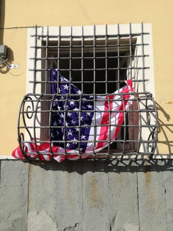 Bandiera Usa dalla sede Pd di Sarzana
