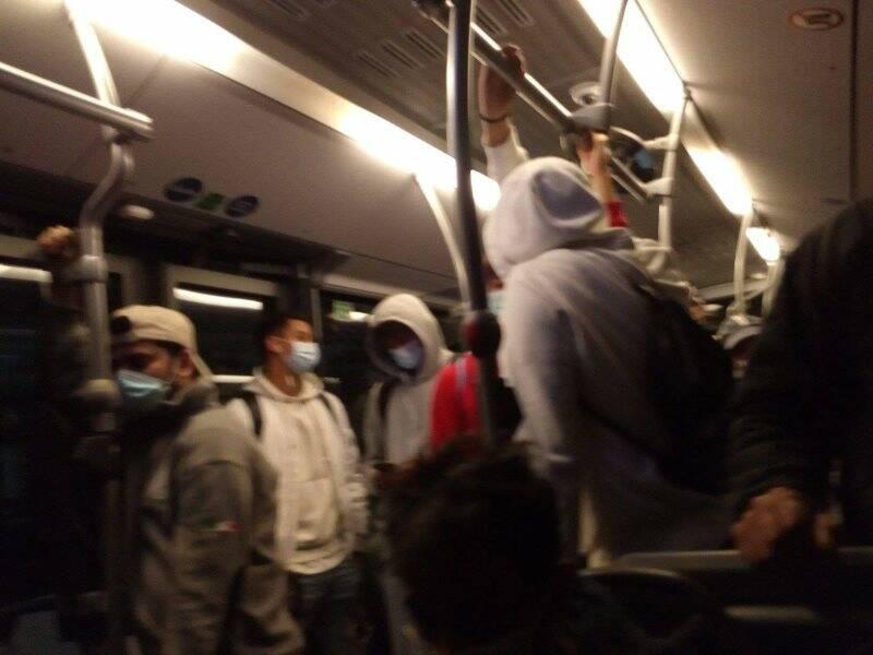 Bus pieno di gente. Mascherine