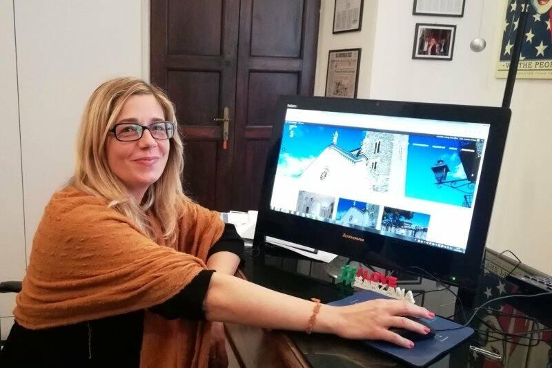 Cristina Ponzanelli con il nuovo sito turistico di Sarzana