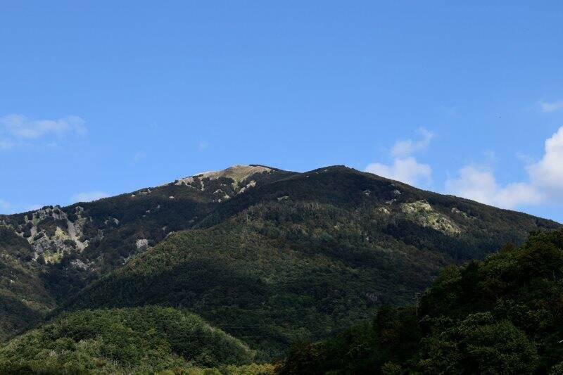 Veduta del Monte Gottero da Chiusola di Sesta Godano (2020)