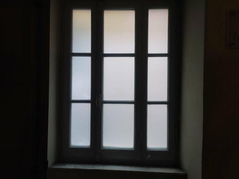 Una finestra dei corridoi del Teatro civico