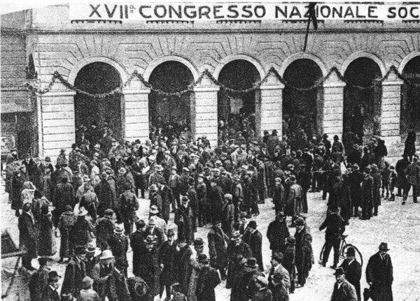 I delegati davanti al Teatro Goldoni il 15 gennaio 1921, giornata inaugurale del XVII Congresso del Partito Socialista Italiano