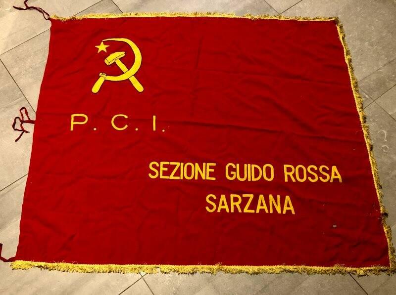 La bandiera del circolo Guido Rossa del Pci