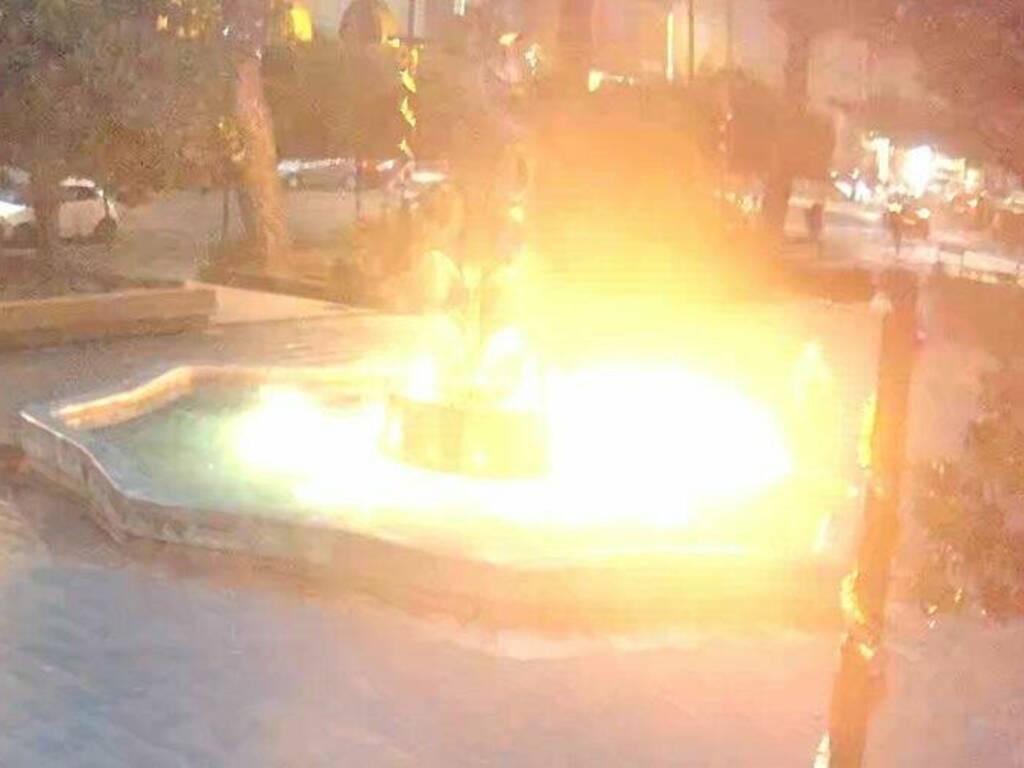 La fontana di Piazza Brin in fiamme