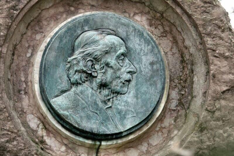 Particolare del monumento a Giovanni Capellini