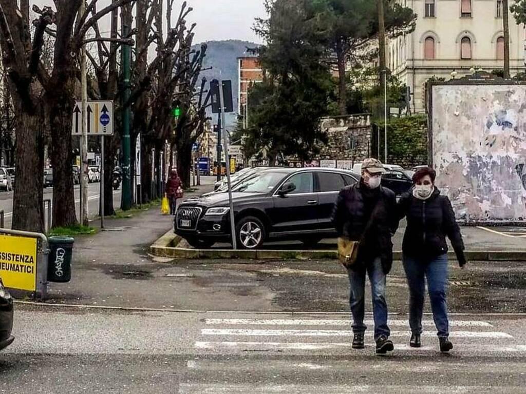 Coppia con mascherine, la Spezia zona arancione. Primo giorno