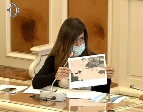 L'onorevole Gagliardi mostra le foto del ponte di Albiano in Commissione alla Camera