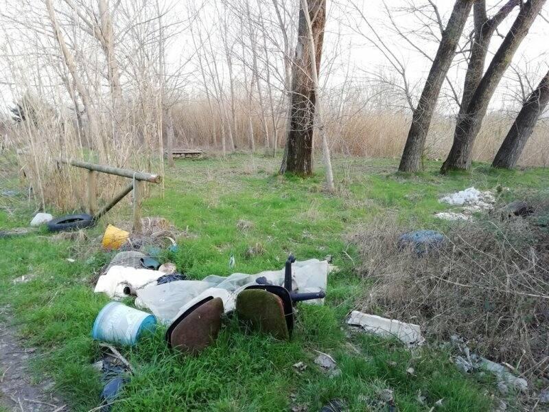 Area attrezzata invasa dai rifiuti