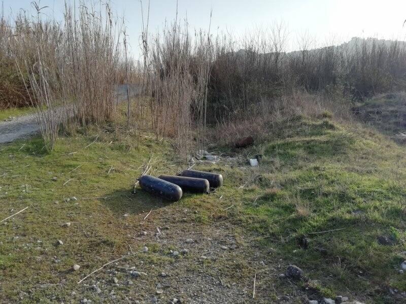 Bombole abbandonate lungo il percorso fluviale a Santo Stefano
