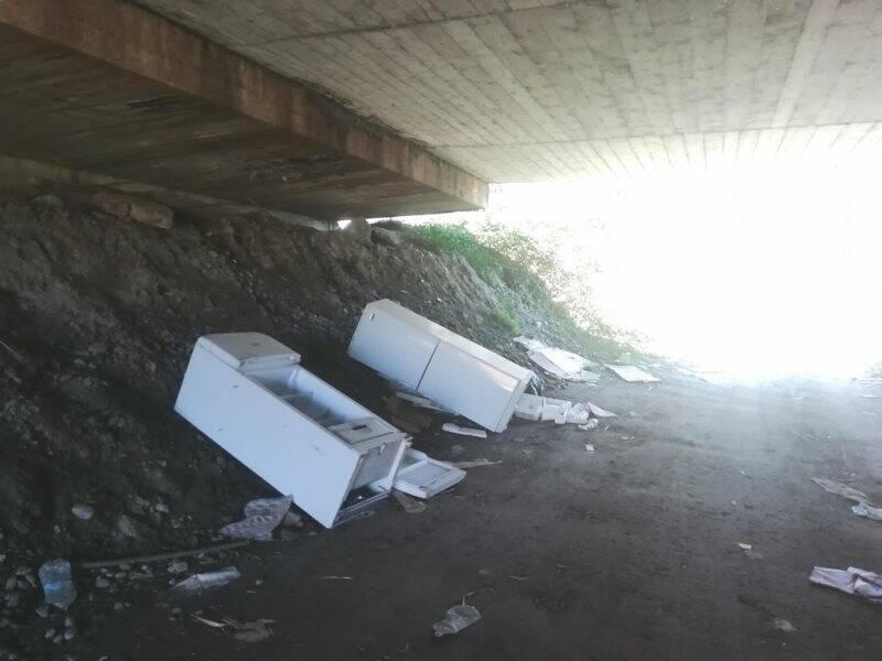 Cimitero dei frigoriferi in un sottopasso autostradale tra Pratolino e Boettola